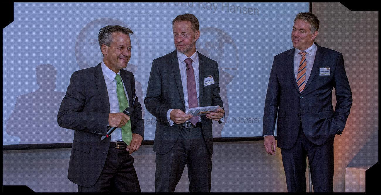 JST-Geschäftsführer Kay Hansen (links), ko:mon-Moderator Hilmar Stock und JST-Geschäftsführer Carsten Jungmann
